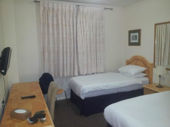 Prince Hotel: Beds and desk in same bedroom