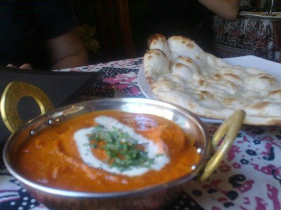Rishtedar Providencia: Murgh Tikka Makhni y Naan Tradicional