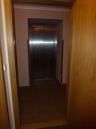 Resident Harrachov : ...der Fahrstuh, direkt aus unserem Zimmer fotografiert