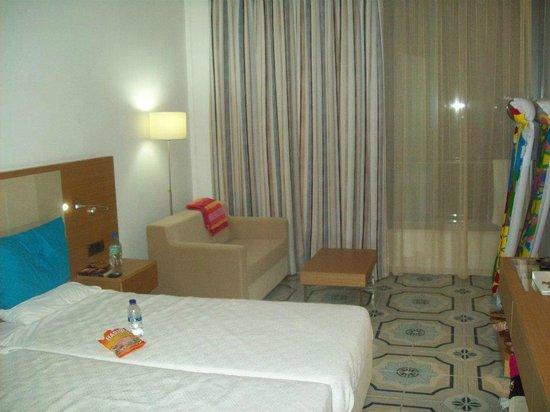 كارافيا بيتش هوتل آند بونجالوز: Seating area in room 
