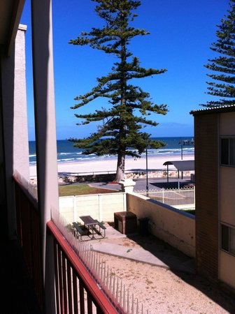 La Mancha Holiday Suites: View of the beach from balcony of the second unit