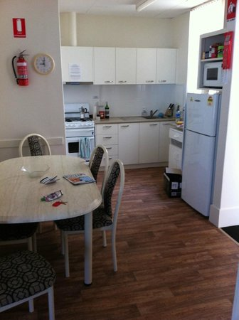 La Mancha Holiday Suites: Kitchen and dining of the first unit