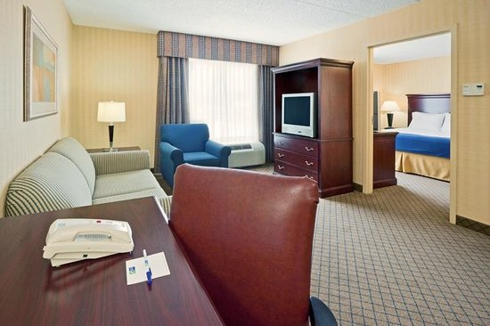 Holiday Inn Express Hotel & Suites West Long Branch: Suite with Full Size Sofa Bed
