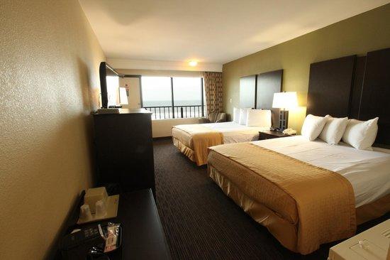 Surfside Oceanfront Inn & Suites : Oceanfront room with queen beds