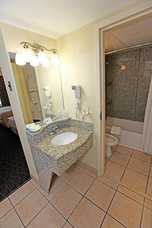 Surfside Oceanfront Inn & Suites : Guest Bathroom Full bath