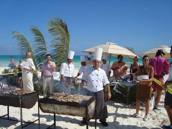 Catalonia Playa Maroma: grigliata di pesce in spiaggia
