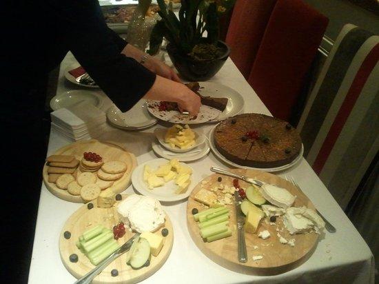 The Pelican Inn: The very nice buffet!