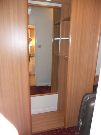 Ibis London Earls Court: armadio