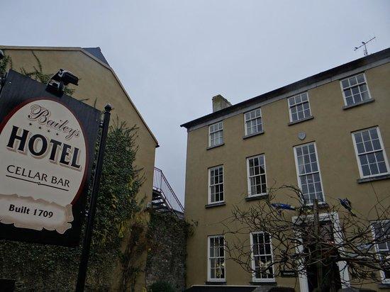 Baileys Hotel Cashel: Hotel Exterior