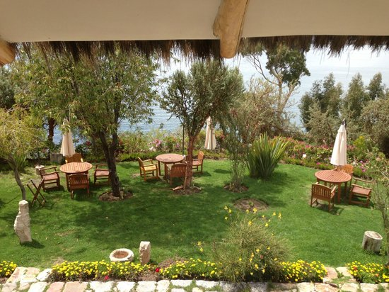 Hotel Isla Suasi: View of grounds and lake, tables where lunch was served