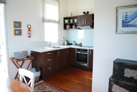Mangonui Waterfront Apartments: Tahi kitchen
