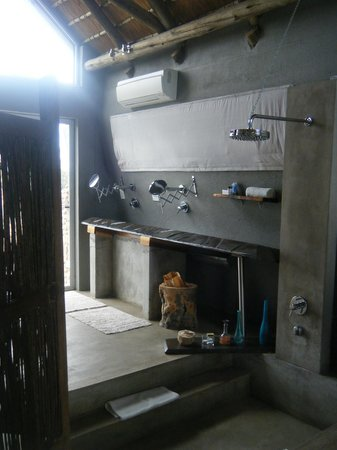 N/a'an ku se Lodge and Wildlife Sanctuary: Bathroom