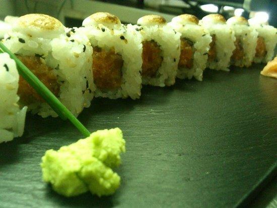 Tsi Tao: Uramaki de tártaro de salmón gratinado