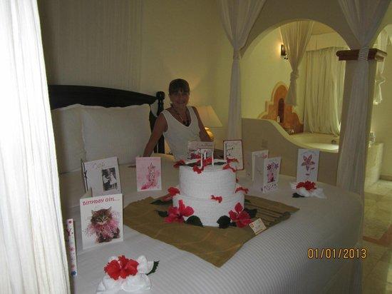 Sensimar Seaside Suites & Spa: My birthday cake towel art
