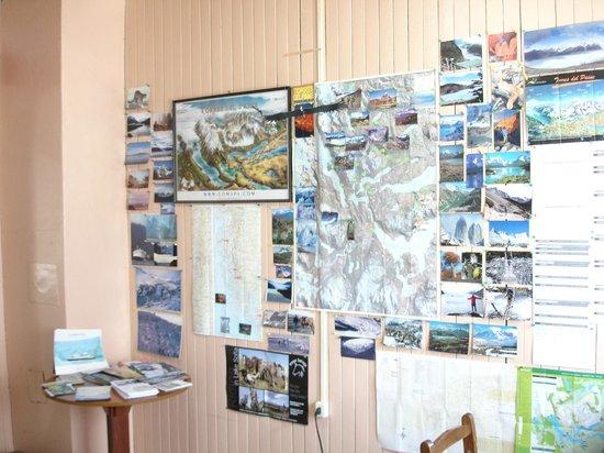 Hostal Dos Lagunas: Sala de comedor y explicacion torres de paine