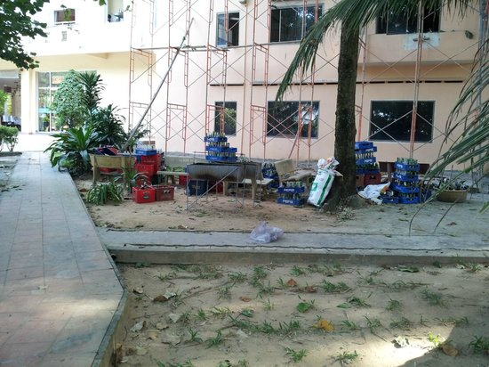 """Kim Hoa Resort: Emty bottles in the """"garden"""""""