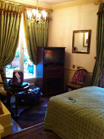 Hotel Luxembourg Parc: TV armoire/Chandelier/French Window of Room 16