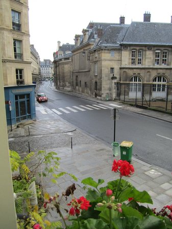 Hotel Luxembourg Parc: Another view of rue de Vaugirard from room 16