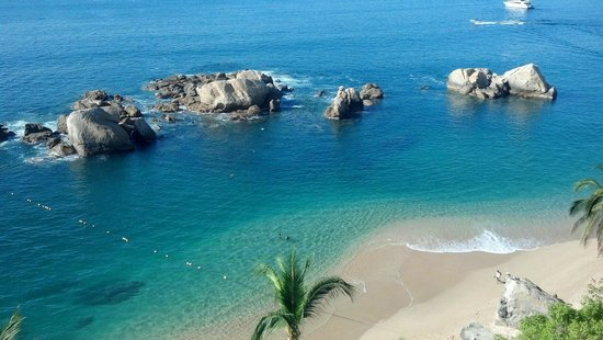Fiesta Americana Villas Acapulco: Secluded beach in front of building