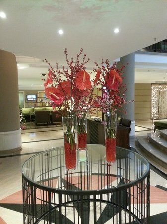 Prague Marriott Hotel: Hotel Lobby - Beautiful Holiday Arrangement