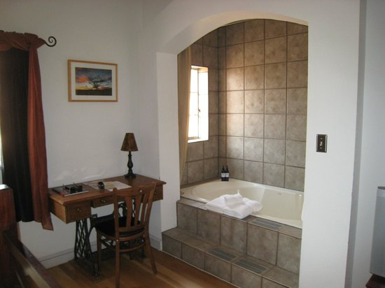 Sierra Grande Lodge & Spa: Bathtub-for-two in our room