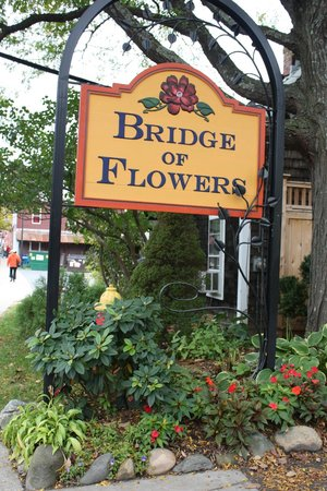 West End Pub: Restaurant is next to Bridge of Flowers