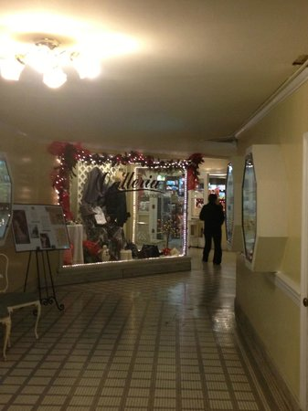 Arlington Resort Hotel & Spa: Shopping area downstairs