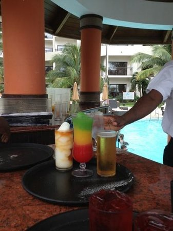 Secrets Wild Orchid Montego Bay: drinks at wild orchid non preferred pool bar