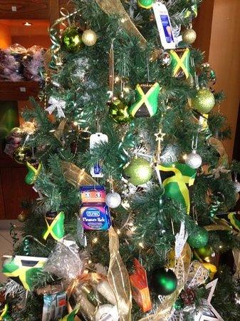Secrets Wild Orchid Montego Bay: hotel convenience store Xmas tree