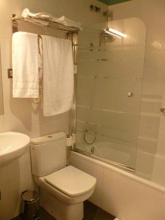 โรงแรมคิวเรียส: Bathroom