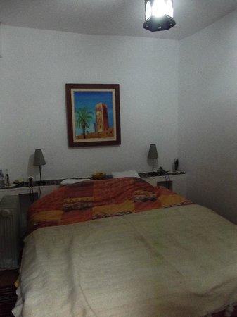 Au Bord de l'Eau : notre lit, il y a aussi un coin salon que je n'ai pas en photo