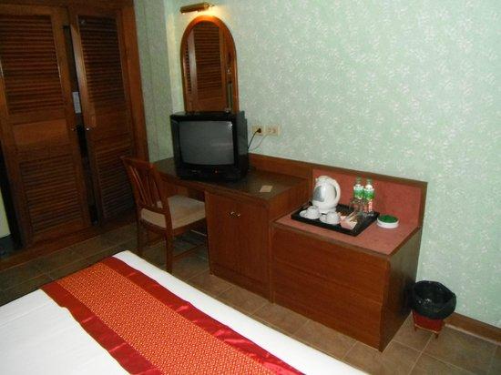 Royal Asia Lodge Bangkok: ブラウン管テレビとデスク