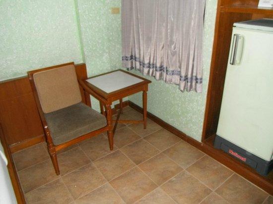 Royal Asia Lodge Bangkok: 小さなテーブルと椅子