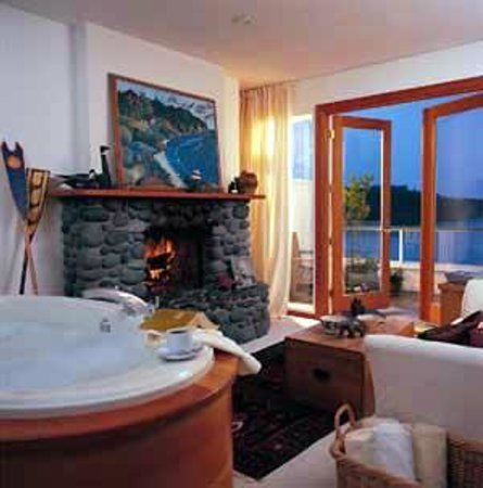 Sooke Harbour House Resort Hotel: oceanfront guest room 27