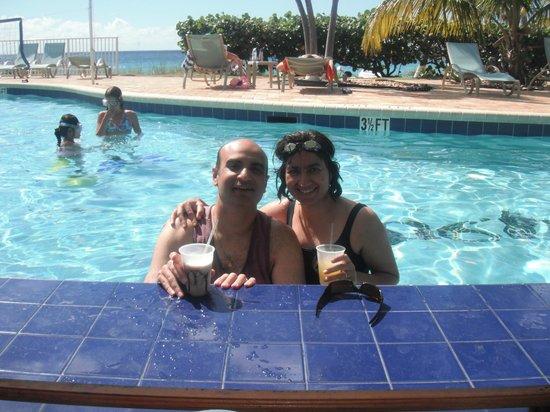 Bluebeard's Beach Club and Villas: Swim up bar at pool