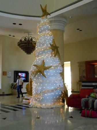 Iberostar Rose Hall Suites: Beautiful Christmas tree in the lobby!!