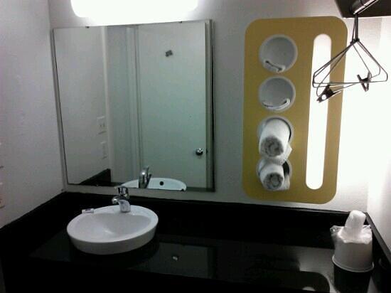 Motel 6 Evansville: vanity area