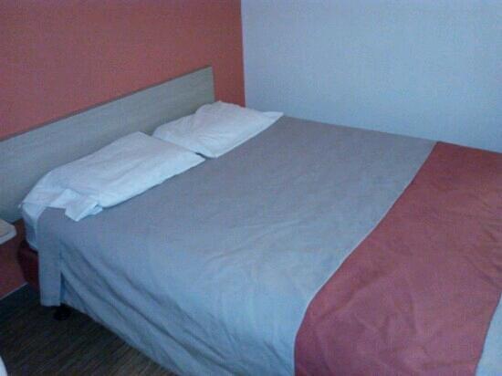 Motel 6 Evansville: bed