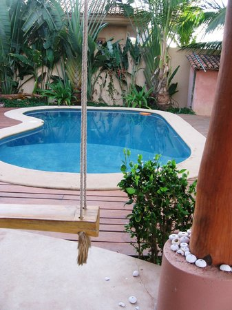 Merece Tus Suenos: Swings by the pool area