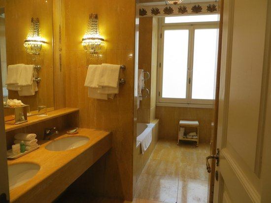 The Westin Excelsior, Rome: large bathroom