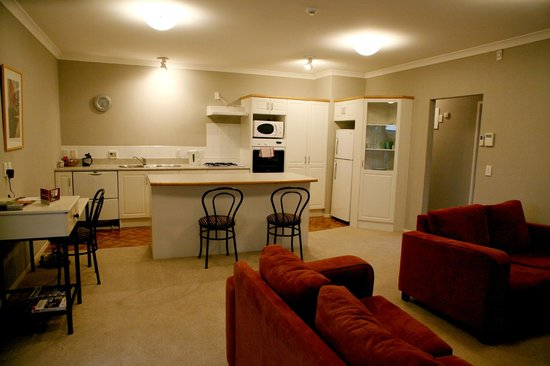 Anglesea Motel & Conference Centre: Two bedroom Townhouse Living area and Kitchen