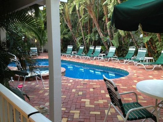 Siesta Key Inn: Poolside, very tropical and private