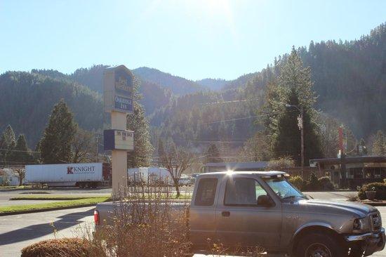 Best Western Oakridge Inn: Oakridge South View from Hotel