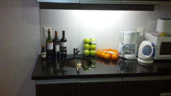 Massini Suites: Massini kitchen, unit 501