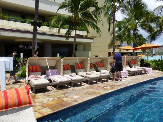 Sheraton Waikiki: Fee required hooded pool lounges