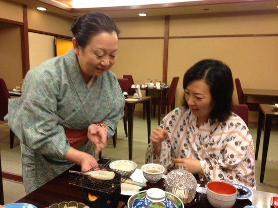 Nishiyama Ryokan : Serving breakfast