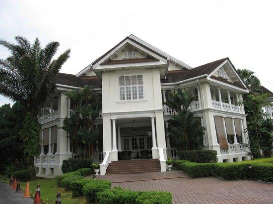 Carcosa Seri Negara: Front of Hotel
