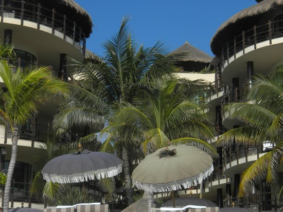 El Taj Oceanfront & Beachside Condos Hotel: From the beach looking back peaked roof is our patio