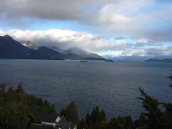 Apart Hotel Cabanas Balcon al Lago: Amanecer con arco iris visto desde la habitacion de la cabaña 1