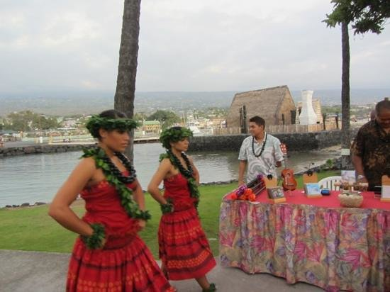 Island Breeze Luau at the King Kamehameha Hotel: the start of the show,they come by canoe